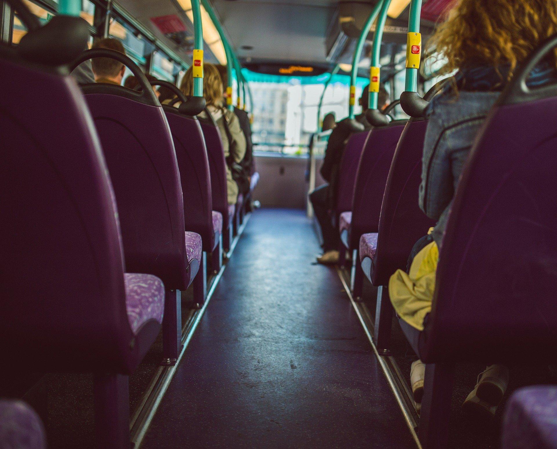 gente en autobús